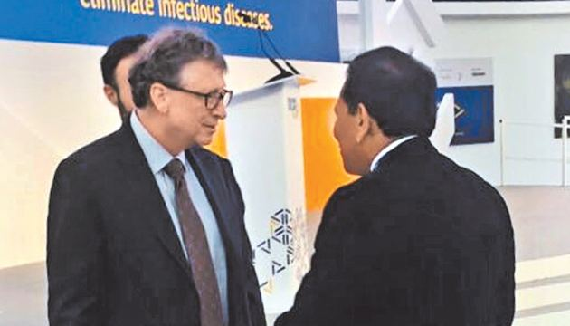 Health Minister Dr. Rajitha Senaratne in conversation with Bill Gates.