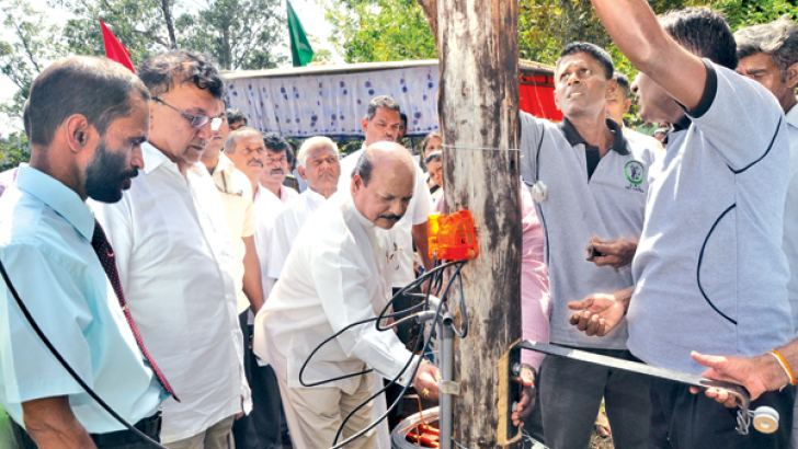 Minister Lakshman Kiriella, Central Province Chief Minister Sarath Ekanayake and others launching the construction work. Picture by Ajith Gangoda, Udadumbara Group Correspondent