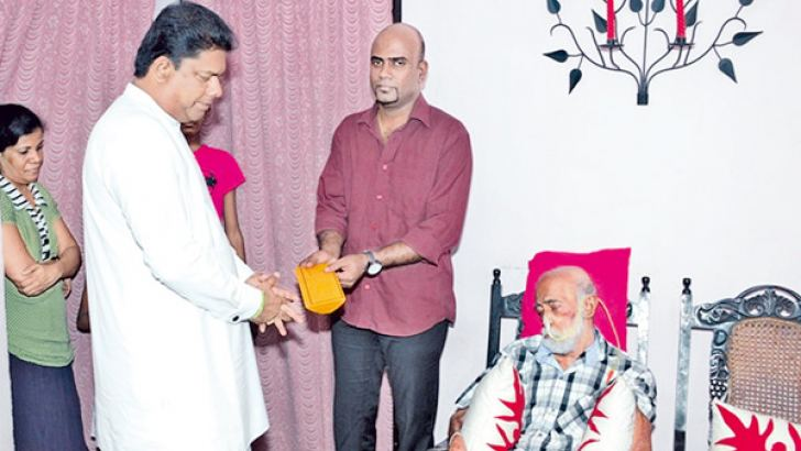 Parliamentary Reforms and Mass Media Minister Gayantha Karunathilake paying a visit to artiste Sunil Hettiarachchi