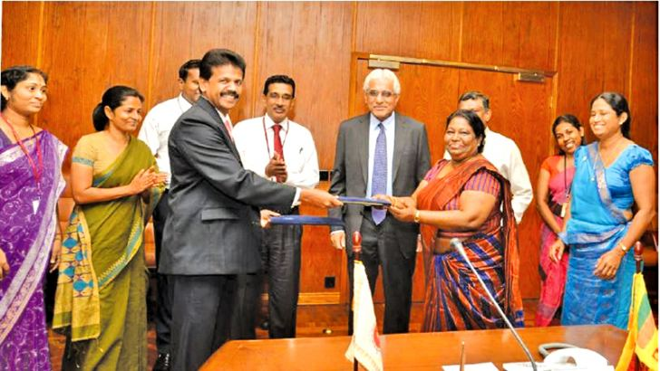 Kalyani Dahanayake, Commissioner General, Department of Inland Revenue and  H. Amarathunga, Director, FIU exchanging the MoU