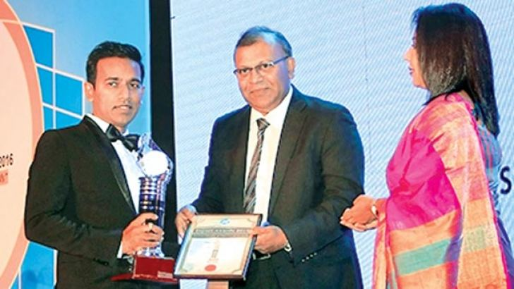 The chairman of Samagi Spice Exports Janaka Abeyratne receiving the award from Associated Newspapers of Ceylon Limited General Mamager.