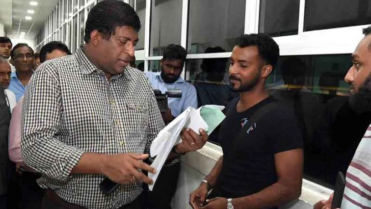 Minister Ravi Karunayake talking to a customer at the Customs during the inspection tour