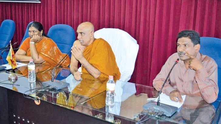 National Food Production Project Presidential Secretariat Chief Athureliya Rathna Thero  adressing the meeting