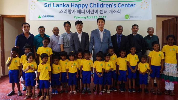 Korean Ambassador to Sri Lanka Chang Won-Sam (Centre) at the opening ceremony with children of Happy Children's Centre
