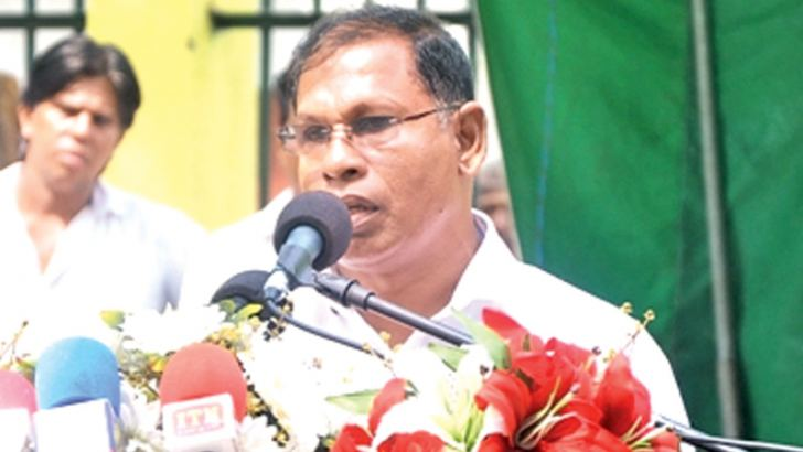 Provincial Minister Sarath Ilangasinghe addressing the meeting