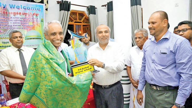 SLMC Leader and Minister Rauff Hakeem felicitating Kariyapper.