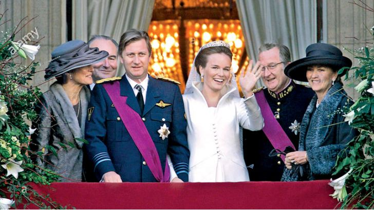 Belgium's Prince Philippe and his new bride Mathilde d'Udekem d'Acoz wave from the balcony of the Royal palace following their wedding in Brussels December 4. Prince Philippe's parents, King Albert II and Queen Paola (R) and Mathilde's parents Patrick d'Udekem d'Acoz and Countess Anne Komorowski (L) accompany the couple.