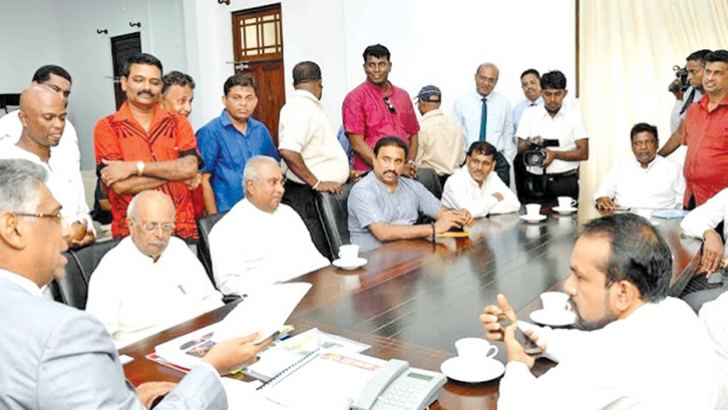 Provincial Council and Local Government Minister Faizer Musthapha meeting JO members, MPs Gamini Lukuge, Prasanna Ranathunga, Rohitha Abeygunawardana and Ranjith Zoysa at the Ministry yesterday.
