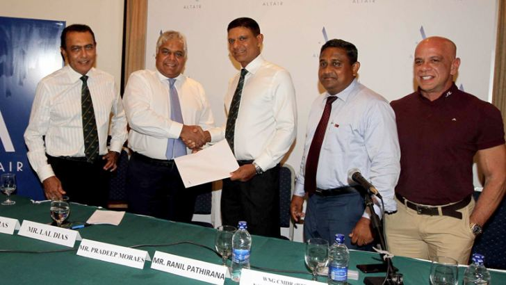 Director Indocean Developers, Pradeep Moraes (second from left) and RCGC captain Ranil Pathirana exchanging the agreement. RCGS president Lal Dias (left extreme), RCGC General Manager Nalin Jayatilleke (second from right) and RCGC Golf Development head Pheroze Billmorie are also present. Picture by Vipula Amarasinghe