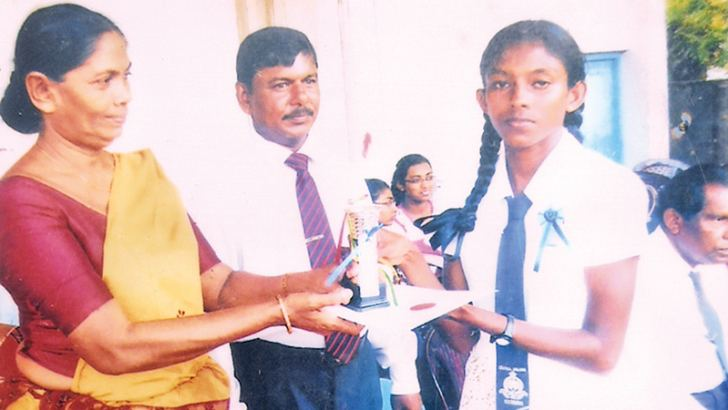 H G Subodini Madhushika receiving a trophy