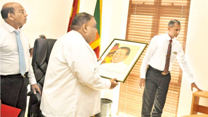 Chief Minister Shan Wijayalal De Silva holding the President's photograph to be displayed on the wall. Picture by Mahinda P. Liyanage, Galle Central Special Corr.