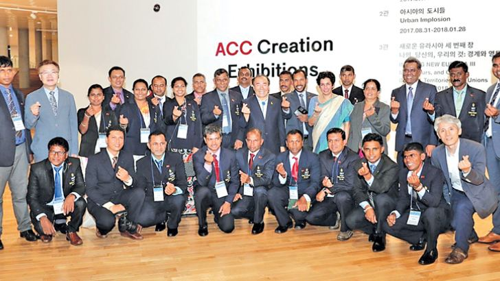 Acting President of the Asia Culture Centre Bang Sun-gyu, Ambassador of Sri Lanka to ROK Manisha Gunasekera with the Sri Lankan trainees participating in the e-learning programme of the Gwangju Metropolitan Office of Education at the inauguration of the exhibition