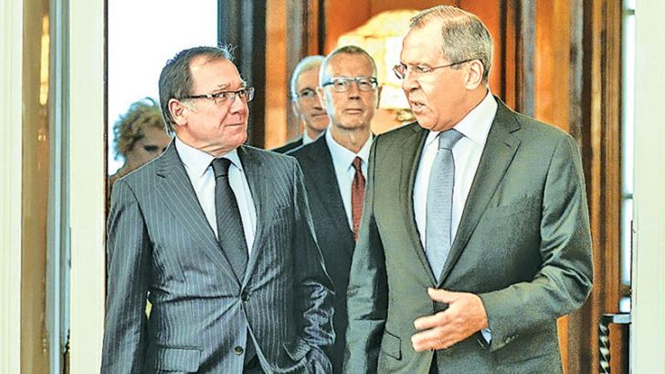 Russian Foreign Minister Sergei Lavrov (R) meeting his New Zealand counterpart Murray McCully.