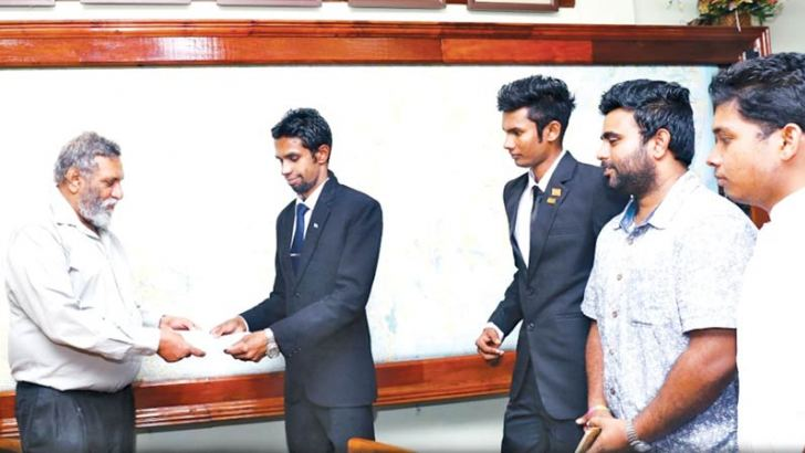 Youth Parliament Speaker Sachinda Dulanjana Witharana  handing over the request letter to the Election Commission Chairman Mahinda Deshapriya.