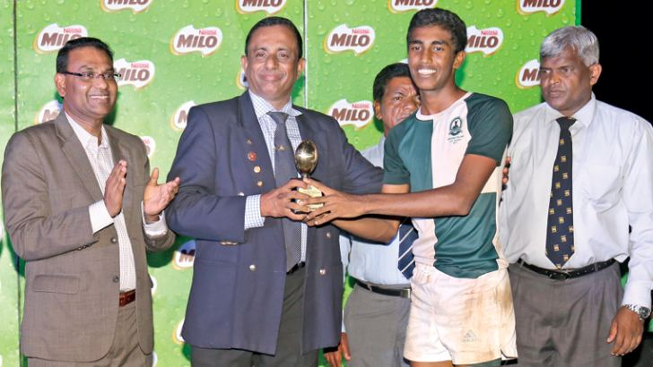 Ashan Lakitha of Isipathana receiving the Best Player Trophy from Chief guest