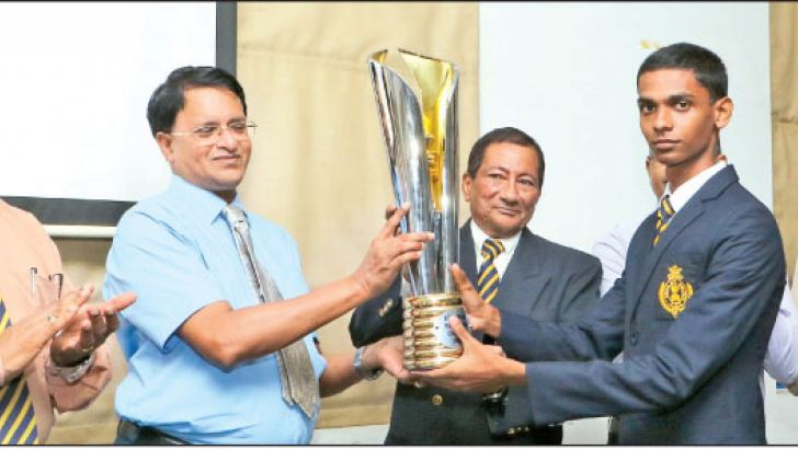 Royal under 20 chess captain B.D.S. Mendis being handed over the trophy by Harsha Athurupane and Christopher Parakrama (2nd and 3rd from left respectively). Principal of Royal College B.A. Abeyrathne (extreme left) and Royal College Senior Games Master M.A.M. Riyaz (extreme right) are also in the picture . Picture by Saman Sri Wedage
