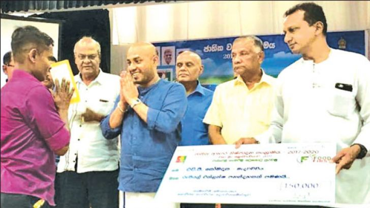 Agriculture Minister Duminda Dissanayake handing over agro-well reconstruction cheques.