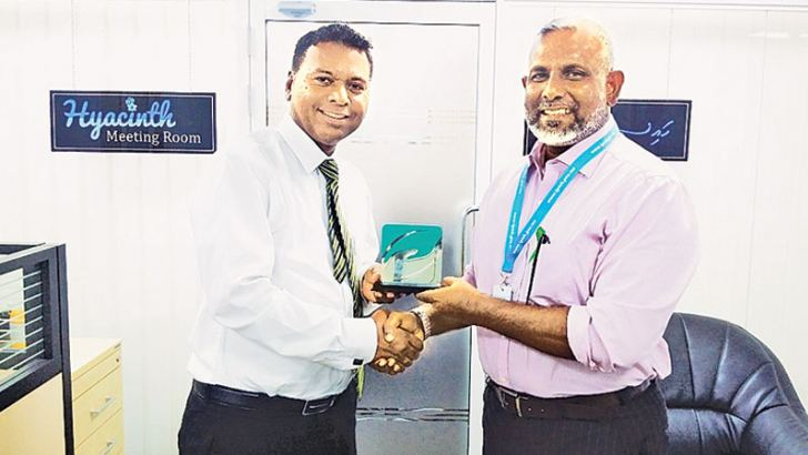 Brigadier General, Farhath Shareer, CEO, Indira Ghandhi Memorial Hospital presenting a token of appreciation to Sampath Kularatne, General Manager of TMI Solutions.