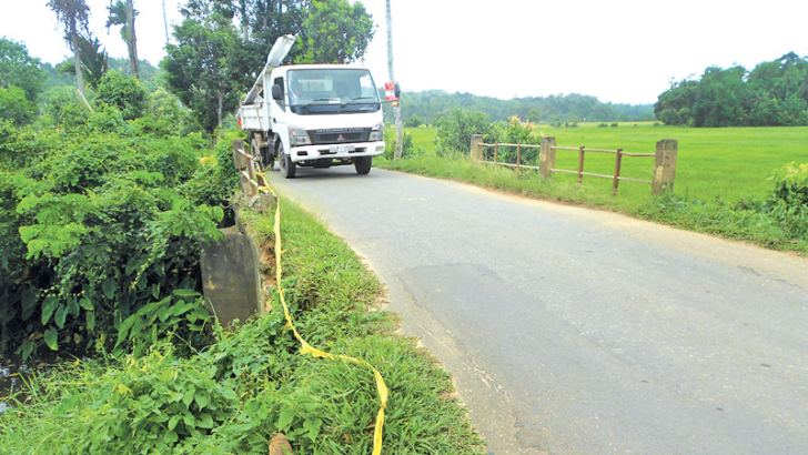 A temporary cordon put up as a precautionary measure to avoid possible road accidents. Picture by P. P. G. Sugathadasa, Thihagoda Group Corr.