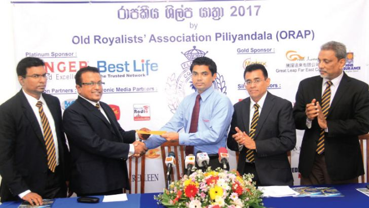 One of the main sponsors of the event, Singer Sri Lanka official exchanging the sponsorship agreement with organisers of the event