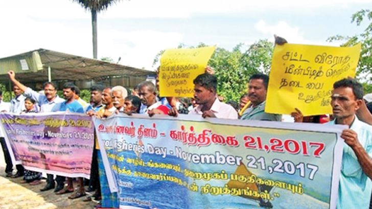 The demonstration in progress. Picture by Sivam Packiyanathan, Batticaloa Special Corr.