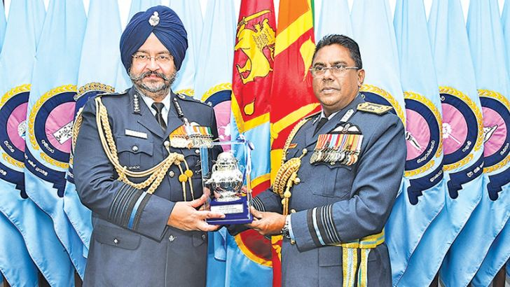 Chief of the Air Staff of the Indian Air Force Air Chief Marshal Birender Singh Dhanoa who paid a courtesy call on Air Force Commander Air Marshal Kapila Jayampathy at the Air Force Headquarters yesterday is seen exchanging mementos. Picture courtesy SLAF Media Unit