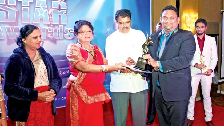 Samith Edirisinghe, Managing Director, Edirisinghe Homes, receiving the award from Niluka Ekanayake