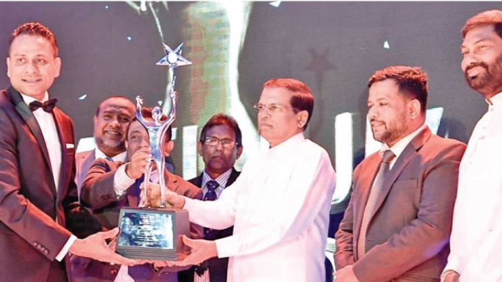 President Maithripala Sirisena presenting the Platinum Award to JAT Holdings Managing Director Aelian Gunawardene