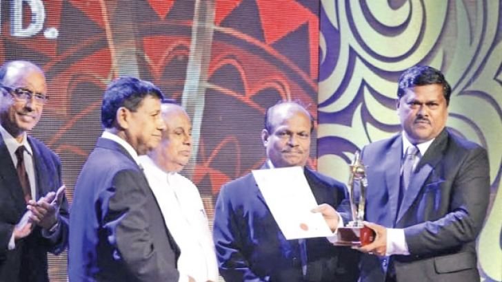 JayapathmaWanninayake receiving the award.