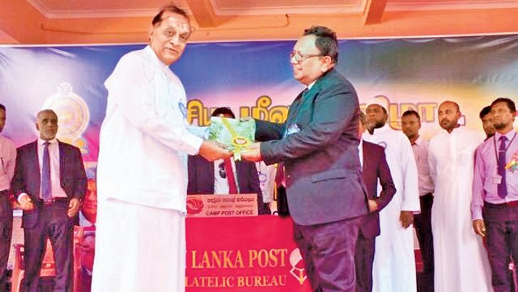 Muslim Religious Affairs Minister M. H. A. Haleem presenting the souvenir to Speaker Karu Jayasuriya. Picture by Ruzaik Farook.