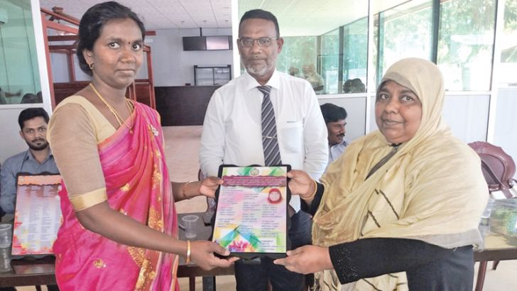 Assistant Education Director Mathuri Mayooran presenting a memento to former Akkaraipattu Zonal Education Office In-Service Advisor (Sinhala Subject) F. A. Inam Osen.  Picture by I. L. M. RIZAN, Addalaichenai Central Corr.