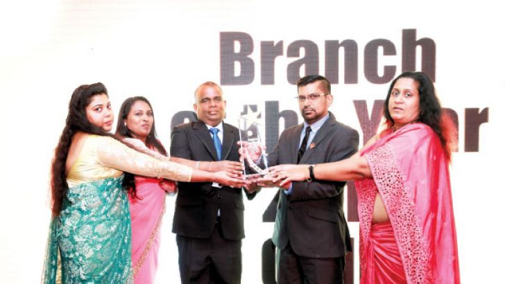 Gold Award Winners - Boralesgamuwa Branch receiving the Aaard from Thunder and Neon Group Chairman, Lalith Lokuge
